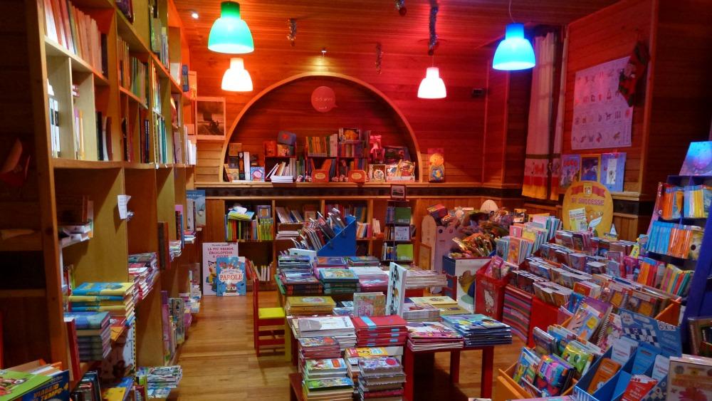 Scaffale Libri Per Bambini : Libri per bambini su scaffale libreria u foto editoriale stock